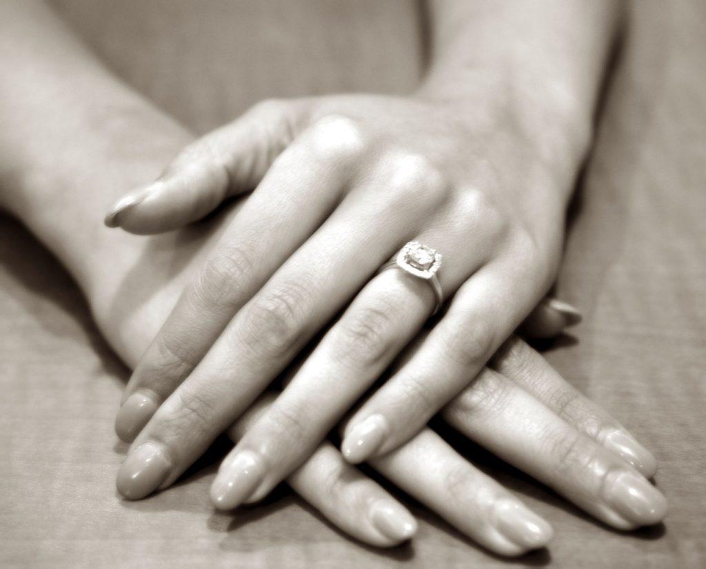 Choosing an engagement ring - WeddingsAbroad.com